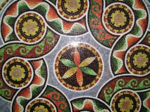 antik desenli cam mozaik masa
